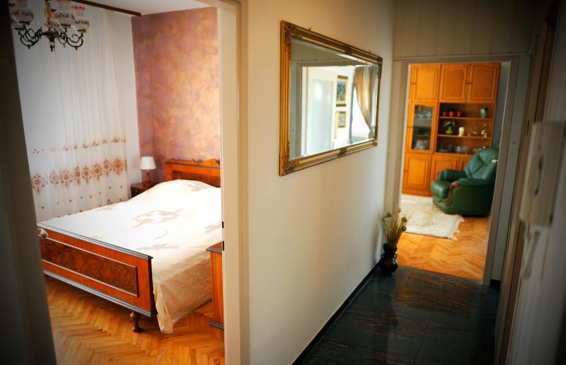 Vista do corredor na sala de estar e quarto de cama de casal King