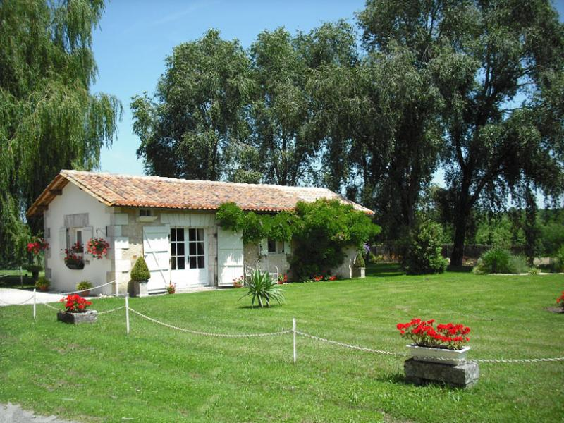 Chez Fert Country Cottage, holiday rental in Voeuil-et-Giget