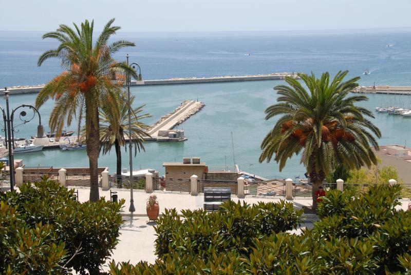 Veduta della piazza principale e del porto