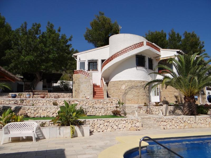 Beautiful  villa for 2 to 8 people with a large garden and a private pool.