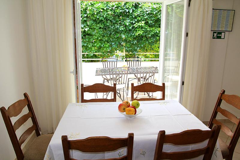 Dining room with table for 6 with access on shaded terrace with table for 6