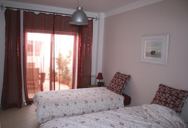Deuxième chambre à coucher, avec terrasse au-delà