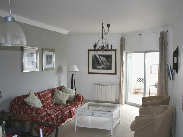 Salon, avec balcon au-delà