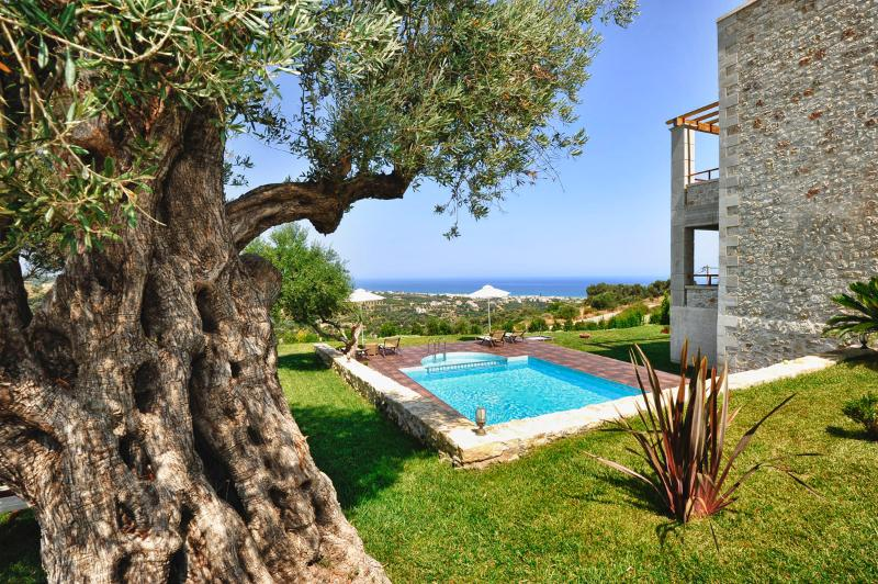 Villa Armonia, Sea Views & Priv. Pool & Children Toys & BBQ area, 3.5km to beach, holiday rental in Rethymnon