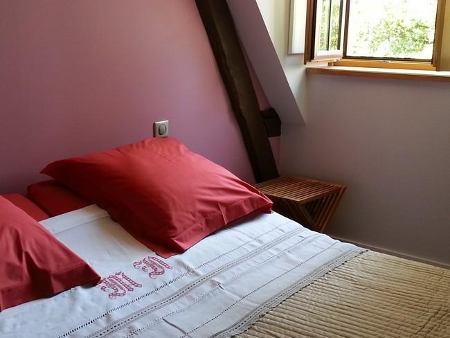 En été : le lit avec des draps anciens brodés, une touche fraîche !