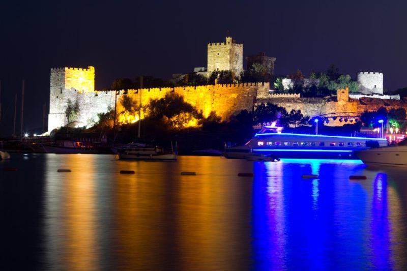 El castillo de Bodrum, en la noche - un viaje recomendado al que se puede llegar fácilmente en autobús.