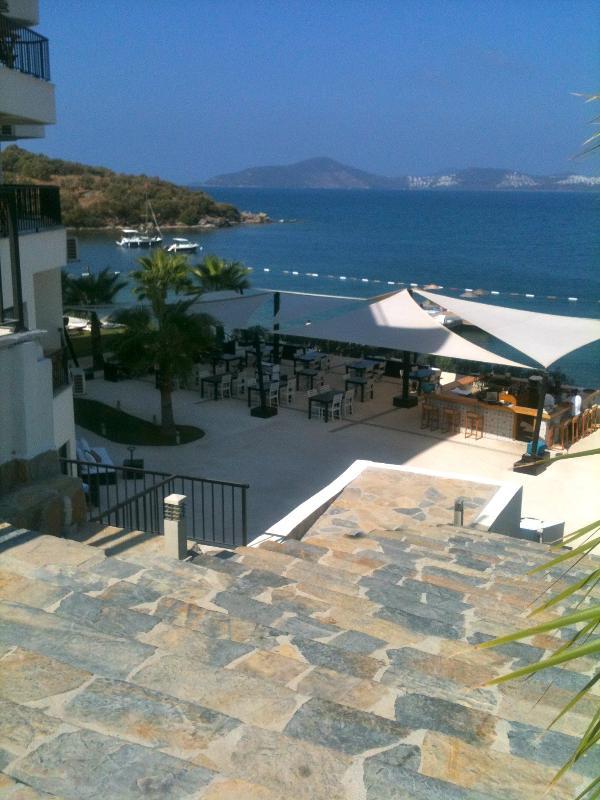 El hotel boutique locales, un paseo de 5 minutos en la playa con su bar y restaurante