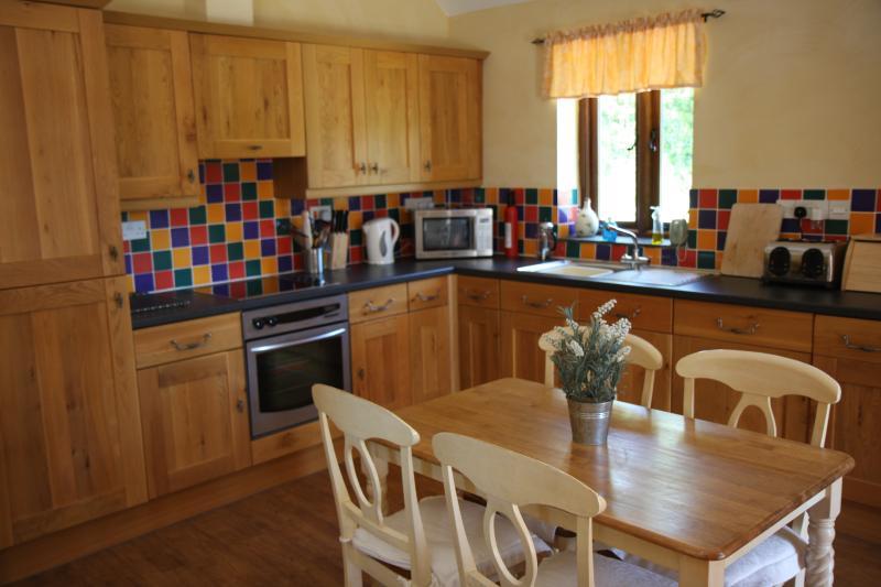 Zona cucina con armadi rovere francese e dipinta da pranzo set.