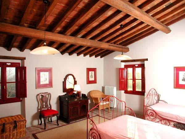 camera con due finestre, due letti grandi e un lettino da bambino