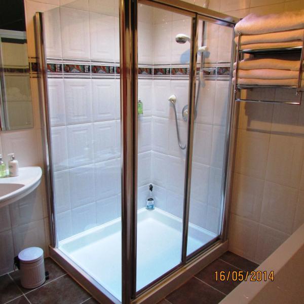 Cabine de douche grande dans la salle de bain principale.