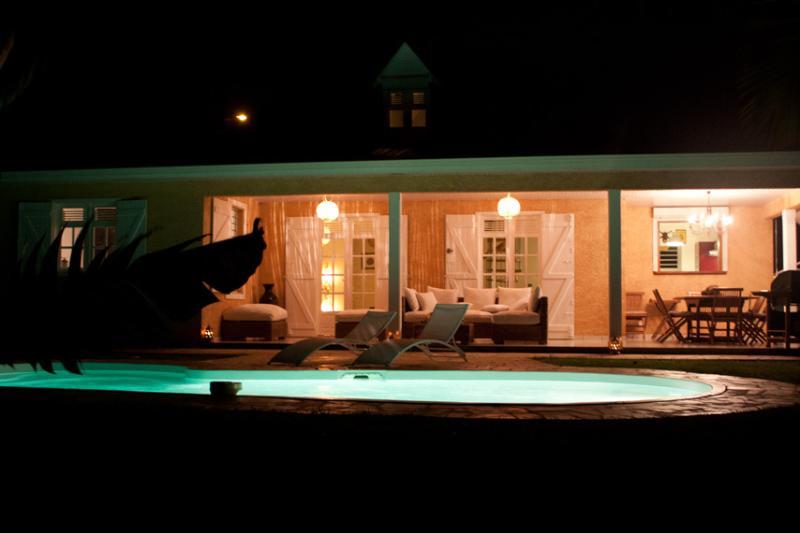 la piscine, la facade depuis le jardin le soir