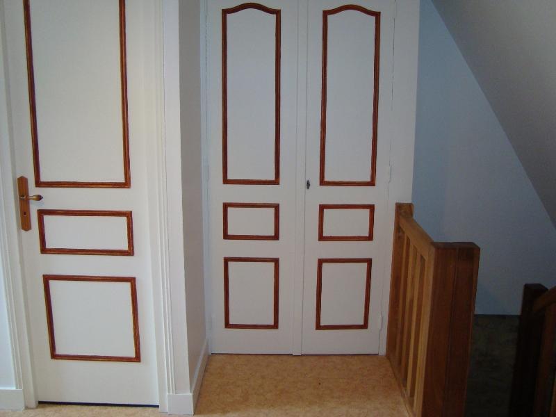 Depuis la chambre : placard et porte donnant accès à un coin toilettes (wc, lavabo)