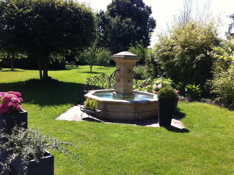 Un peu de fraicheur près de la fontaine dans le jardin