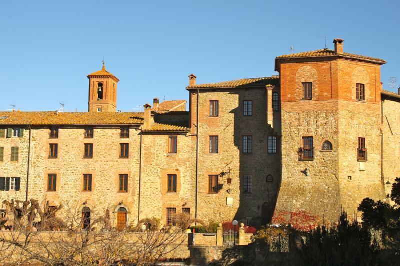 Mastro cinghiale occupa parte della cinta muraria trecentesca dell'antico borgo medievale di Paciano