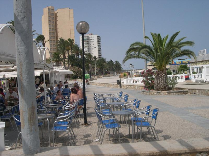 5 miutes to the beach with cafes and bars