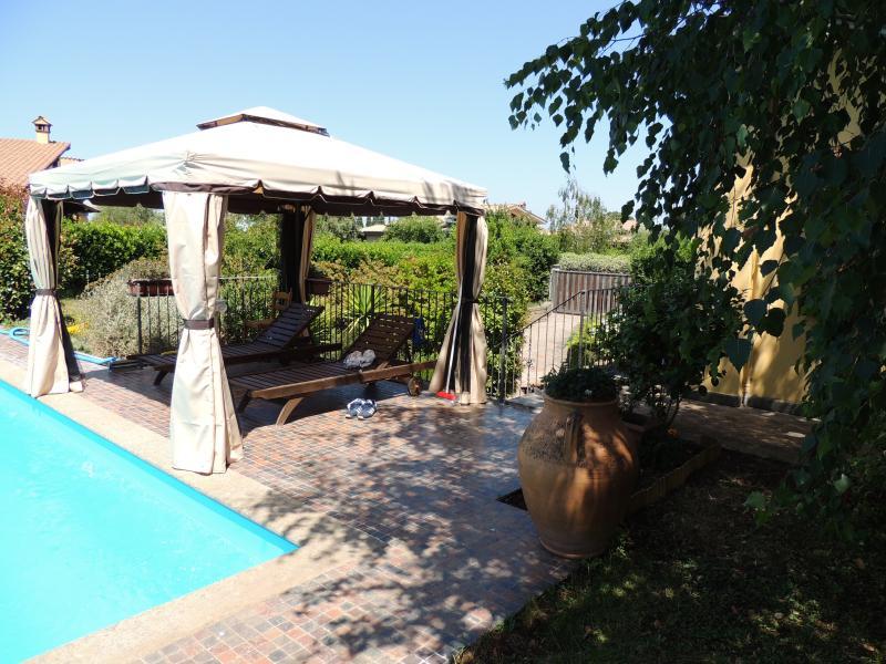 gazebo piscina in giardino