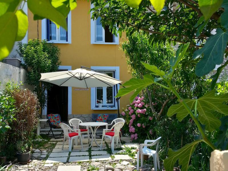 Villa les Hortensias façade vue depuis l'entrée du jardin