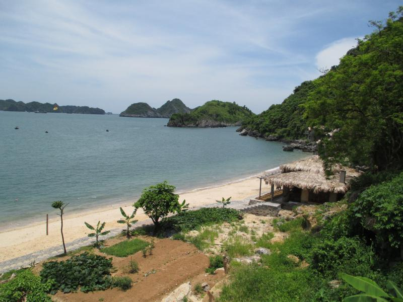 Private double bungalow on Cat Ong beach cottage, vacation rental in Halong Bay