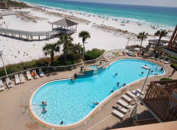 Vista aerea spiaggia e piscina