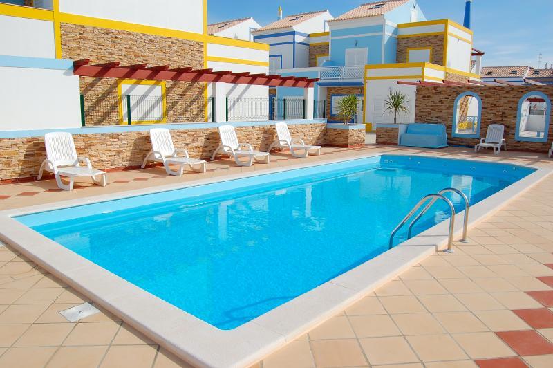 Aproveite o sol ao lado da piscina em uma das nossas espreguiçadeiras junto à piscina fechada e fechada