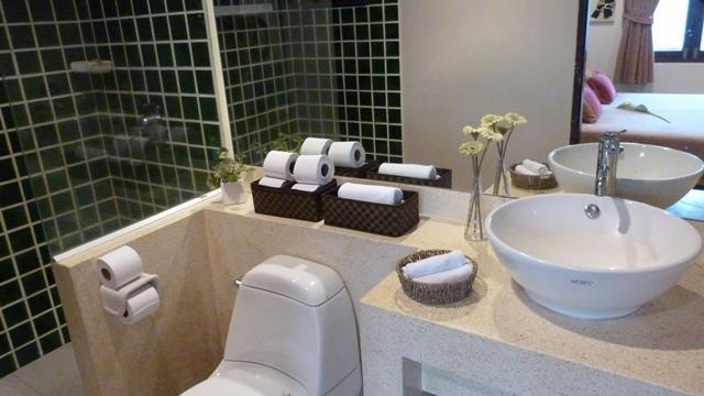 Bedroom 2 ensuite bathroom