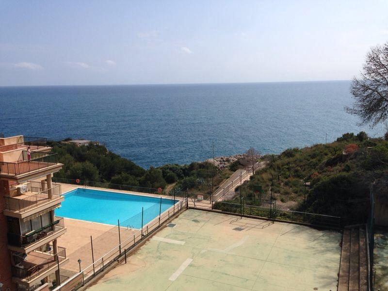 Piscina y mar desde la terraza