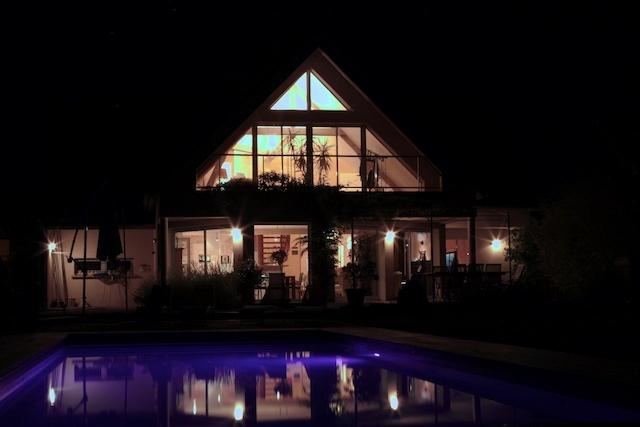 Le Vingt 21 - vue de nuit depuis la piscine et jardin