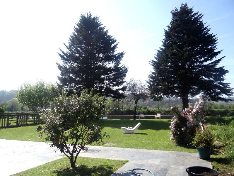 Jardín junto a la ría.
