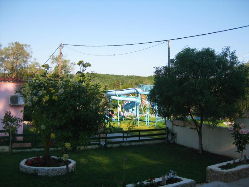 giardino anteriore, scivoli d'acqua, swiminig piscina accanto