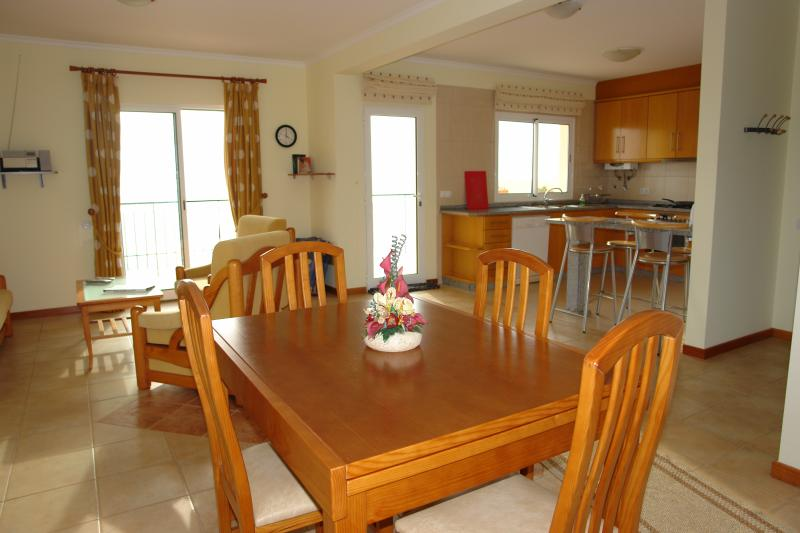 Eßtisch und Küche mit Geschirrsühler und Expressomaschiene