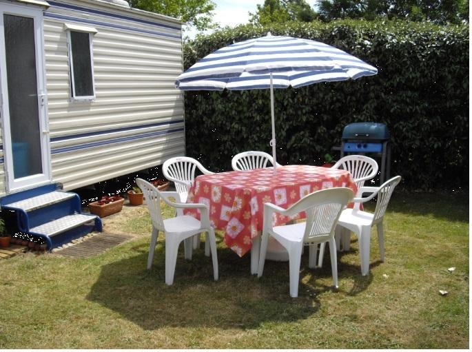 Outside the mobile-home - BBQ can be used