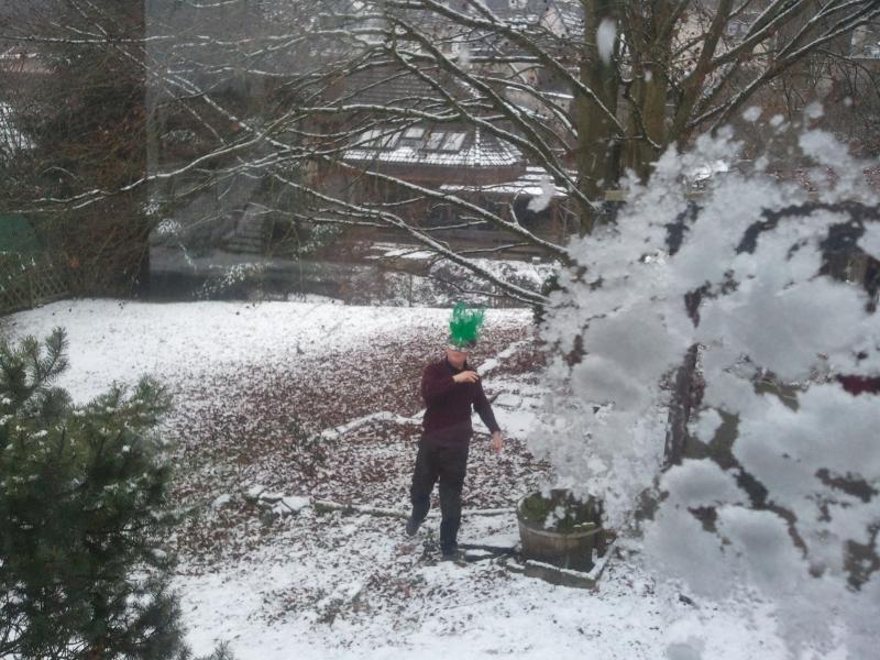 L'hiver aussi amusant / amusant dans la neige puis rend confortable à l'intérieur d'une boisson chaude