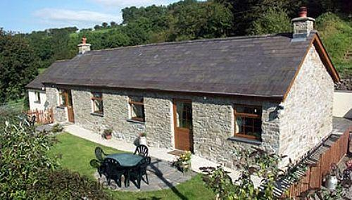 Holiday Cottage with fishing lake and hot tub in West Wales