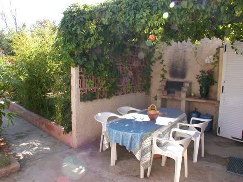 terrasse ombragée et barbecue