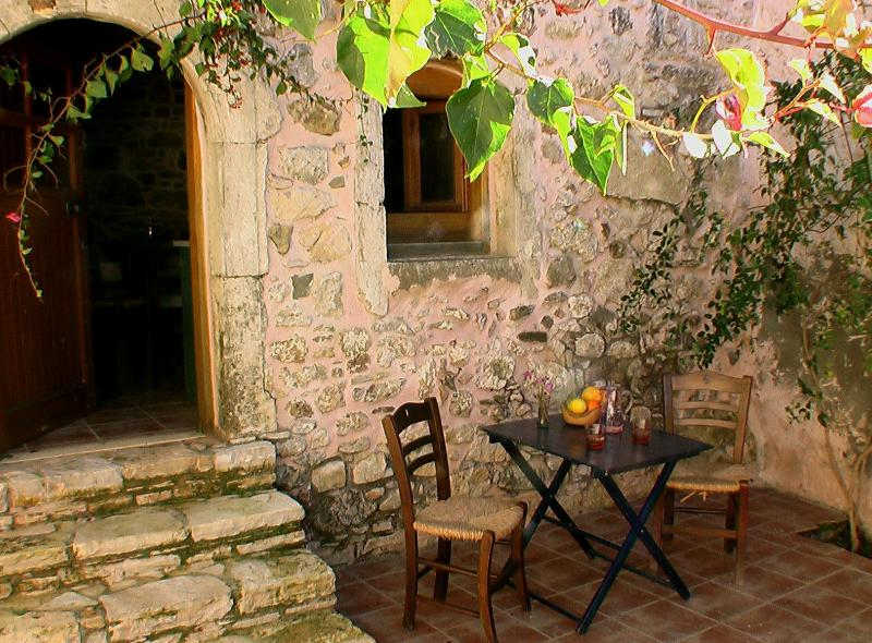 Ksa Sou Guesthouse 1 for families & nature lovers, holiday rental in Listaros