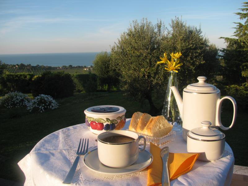 B&B L'infinito camera lantana bagno condiviso, holiday rental in Civitanova Marche