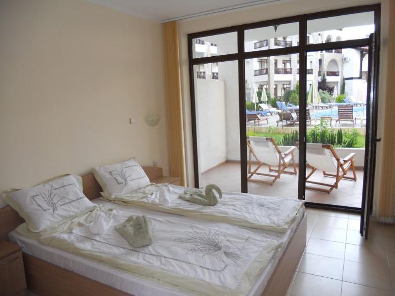 La chambre à coucher avec lit double