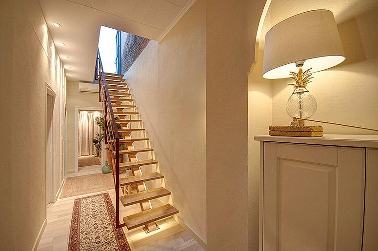 Pasillo y escalera para subir a la terraza