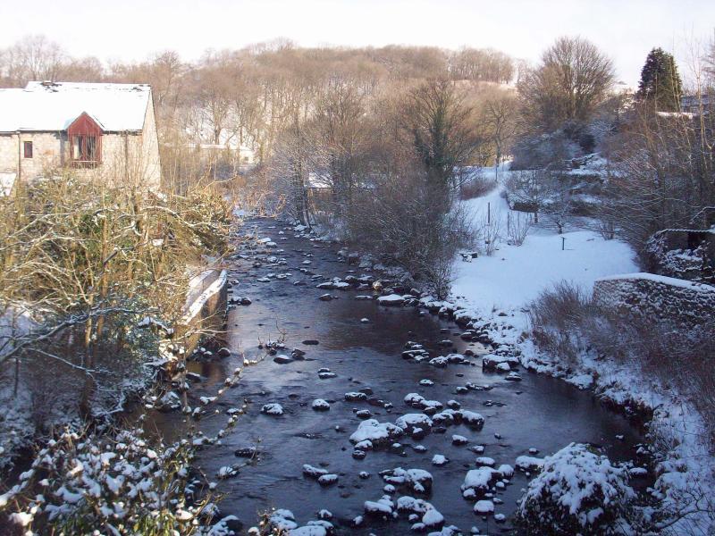 Vue de l'un des ponts à Ingleton regardant la rivière