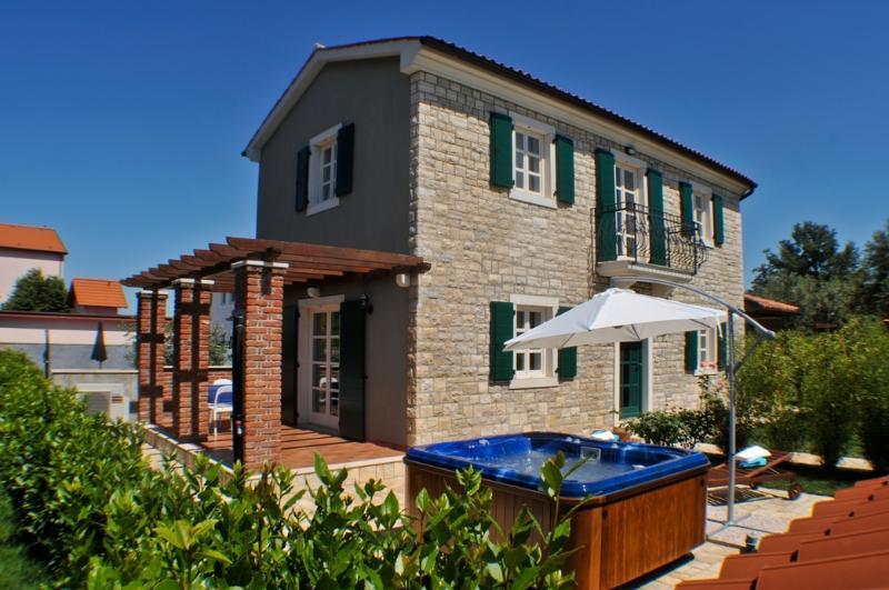 Villa Nika  with big Hot tube, vacation rental in Porec