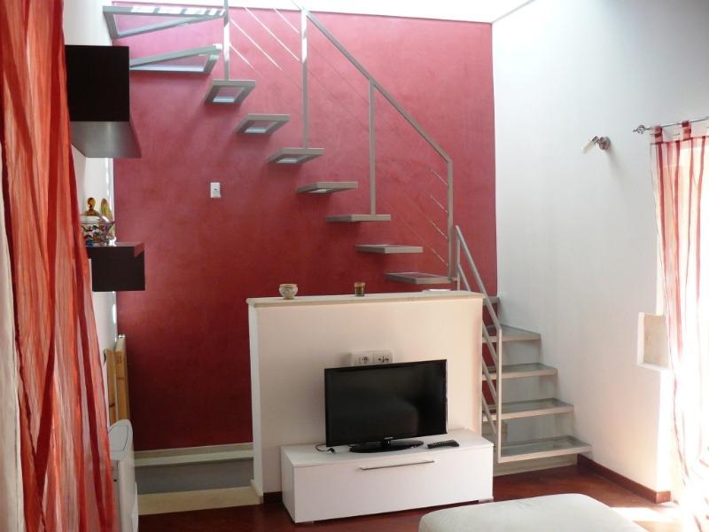 La sala TV con vista della scala di accesso al terrazzino