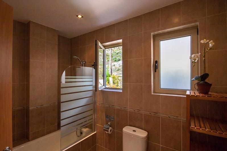 Uno de los tres cuartos de baño