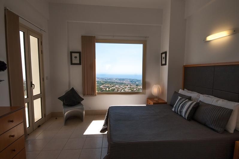 Dormitorio principal con una vista