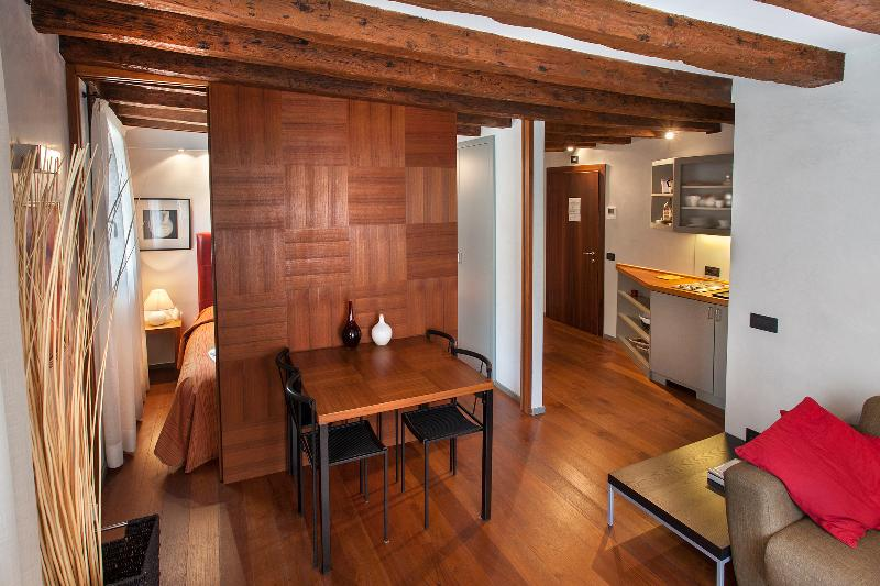 Charming Canal View - San Marco - Venice apartment - living-dinning room