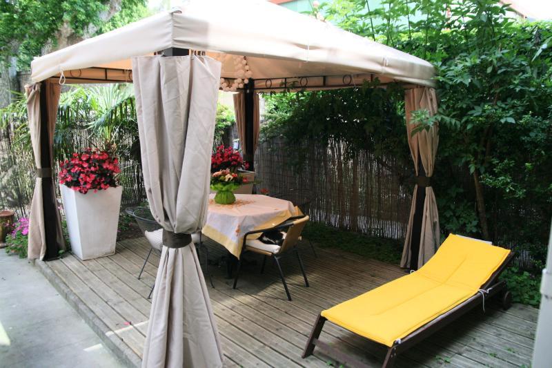 La tonnelle dans le jardin ou il est tres agreable de diner ou prendre son petit déjeuner