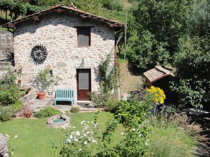 1 bedroom quintessential Tuscan cottage with lush gardens, holiday rental in Convalle