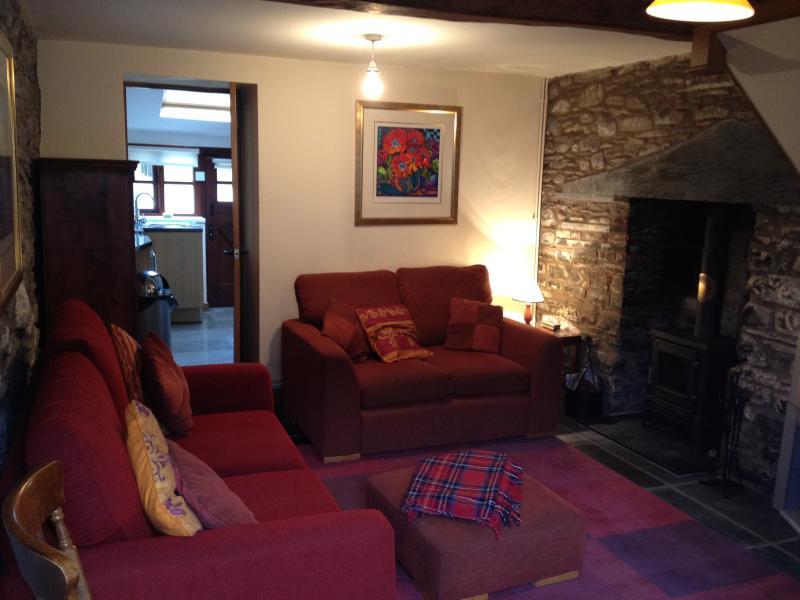 Gemütliche traditionelle Lounge mit Sofa & Schlafsofa, Protokoll-Brenner und Esstisch