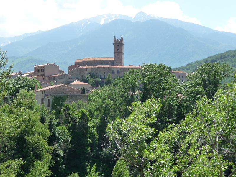 Marquixanes com monte Canigou atrás, Maison Anis é na Praça da igreja