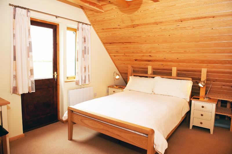 Dormitorio principal a balcón en Duncliffe Chalet