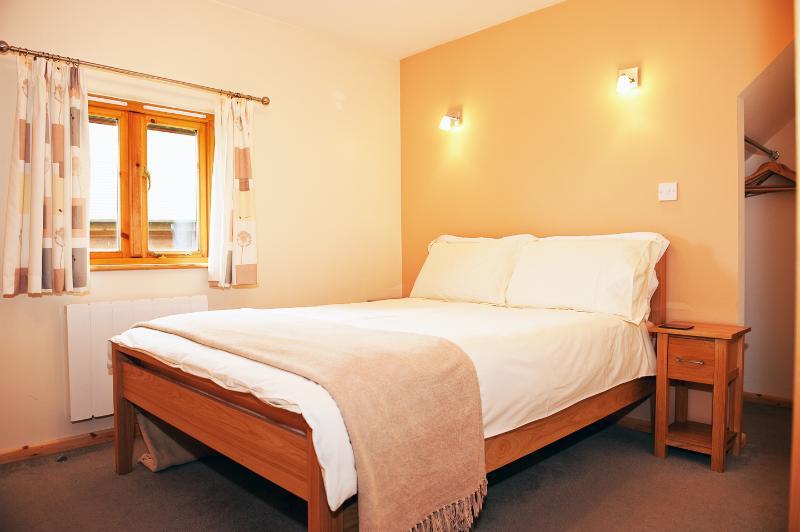 Planta baja dormitorio doble con cuarto de baño y ducha en baño María.